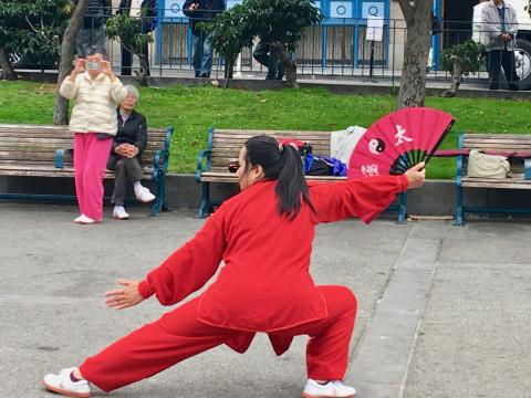 Photo : Tai Chi Chuan avec éventail dans Chinatown San Francisco