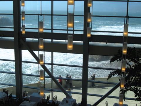 Photo : Océan Pacifique vu au travers de la baie vitrée de Cliff House