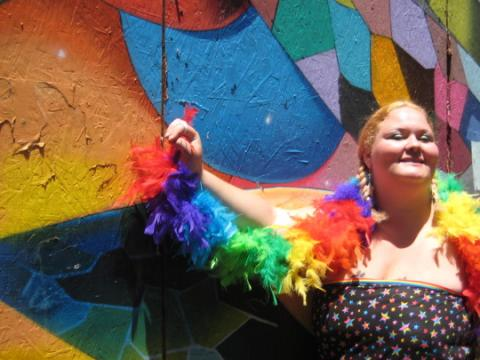 Photo : jeune fille avec un boa aux couleurs de l'arc en ciel LGBT San Francisco