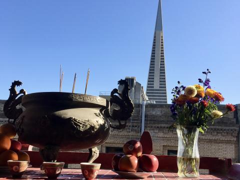 [Photo : Transamerica , tour célèbre de San Francisco vue depuis un temple chinois]