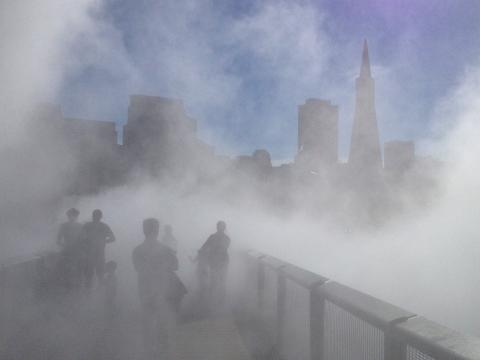 Photo : effet de brume devant le musée de l'Exploratoriem