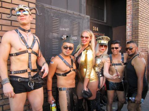 groupe très dénudé d'adeptes SM San Francisco